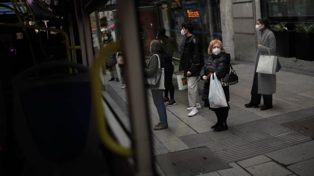 İspanyada son 24 saatte salgından 352 kişi öldü