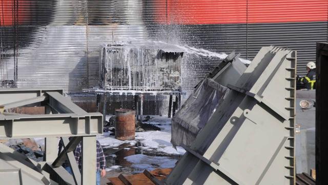Fabrikanın bahçesindeki mazot tankı yandı
