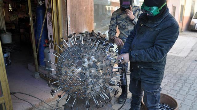 Hurda atıklarından koronavirüs heykeli yaptı