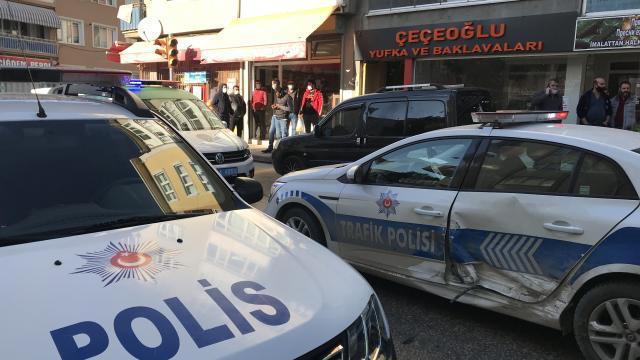 """Edirnede """"dur"""" ihtarına uymayarak polis aracına çarpan otomobildeki 2 kişi yakalandı"""