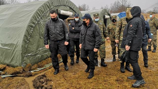 Bosna Hersekli bakan, göçmenlerin zor şartlarda kaldığı kampı ziyaret etti