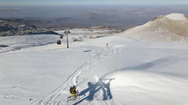 Erciyes Dağında suni kar ile kayak keyfi