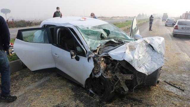 Manisada otomobil ile saman yüklü kamyonet çarpıştı: 3 yaralı