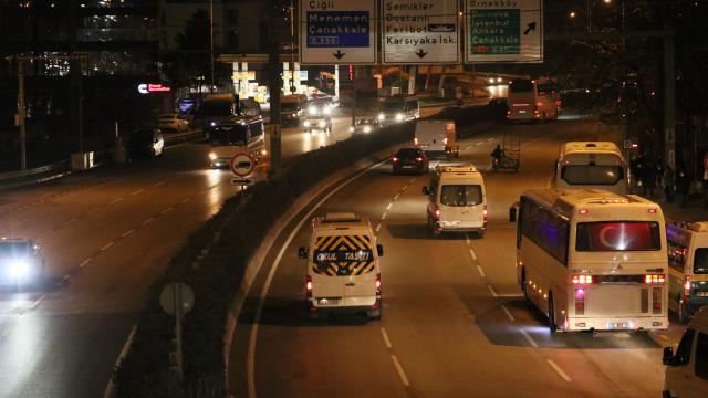 İzmirde sokağa çıkma kısıtlamasının ardından yoğunluk oluştu
