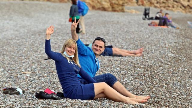 Turistler, yeni yılın ilk gününde denizin keyfini çıkardı