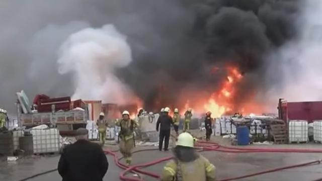 Tuzlada fabrika deposunda yangın