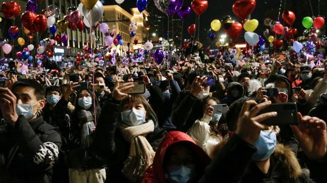 Koronavirüsün ortaya çıktığı Wuhanda halk, yılbaşını sokakta kutladı