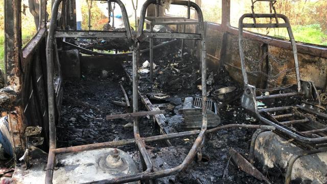 Muğlada hurdaya ayrılan minibüste çıkan yangında bir kişi öldü