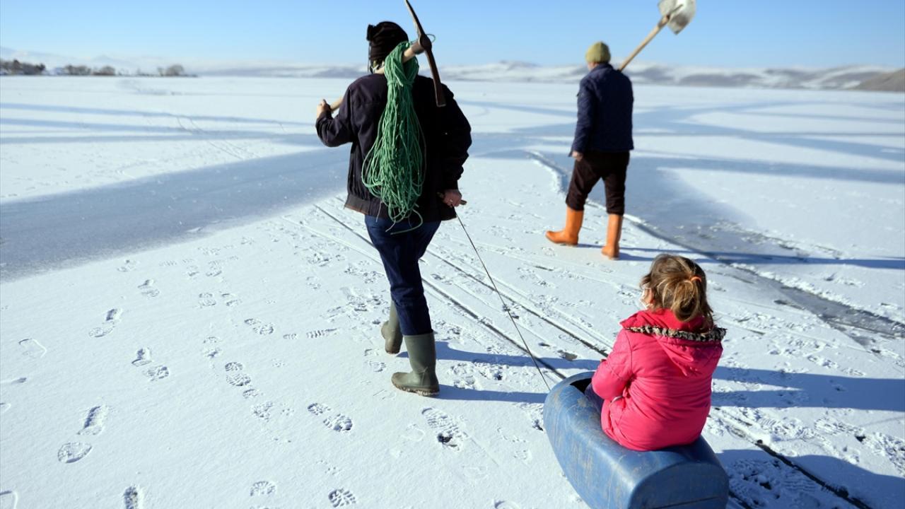 Kış aylarında yüzeyi tamamen donan, Doğu Anadolu`nun en büyük ikinci gölü Çıldır`da kalın buz tabakası oluştu.