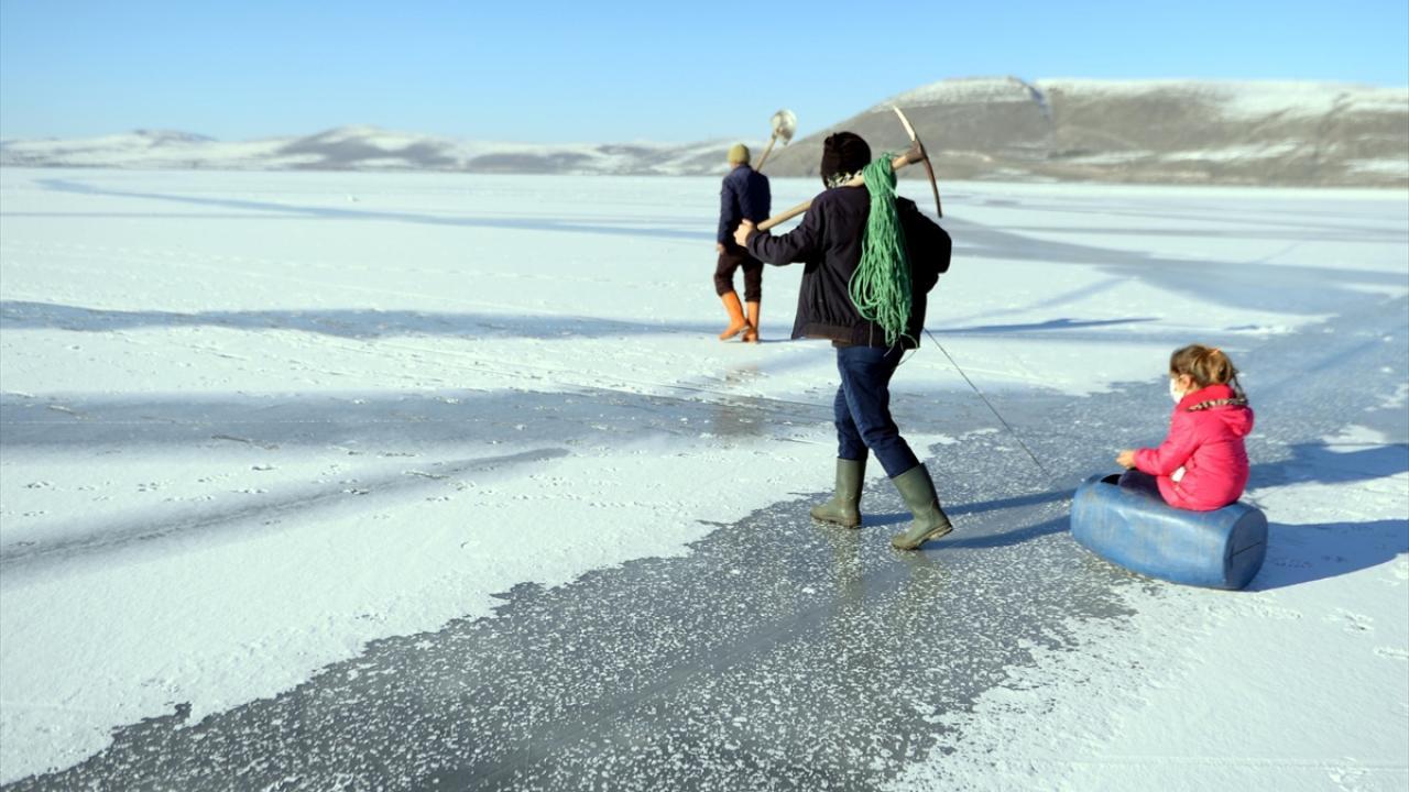Çıldır ilçesi Akçakale köyünde balıkçılıkla uğraşan vatandaşlar da her yıl kış mevsiminde soğuk havaya aldırış etmeden Eskimo usulü avcılık yapıyor.