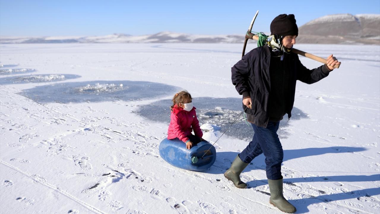 Burada kazma ve küreklerle buzu kıran balıkçılar, ağlarını suya bırakarak nasiplerini arıyor.