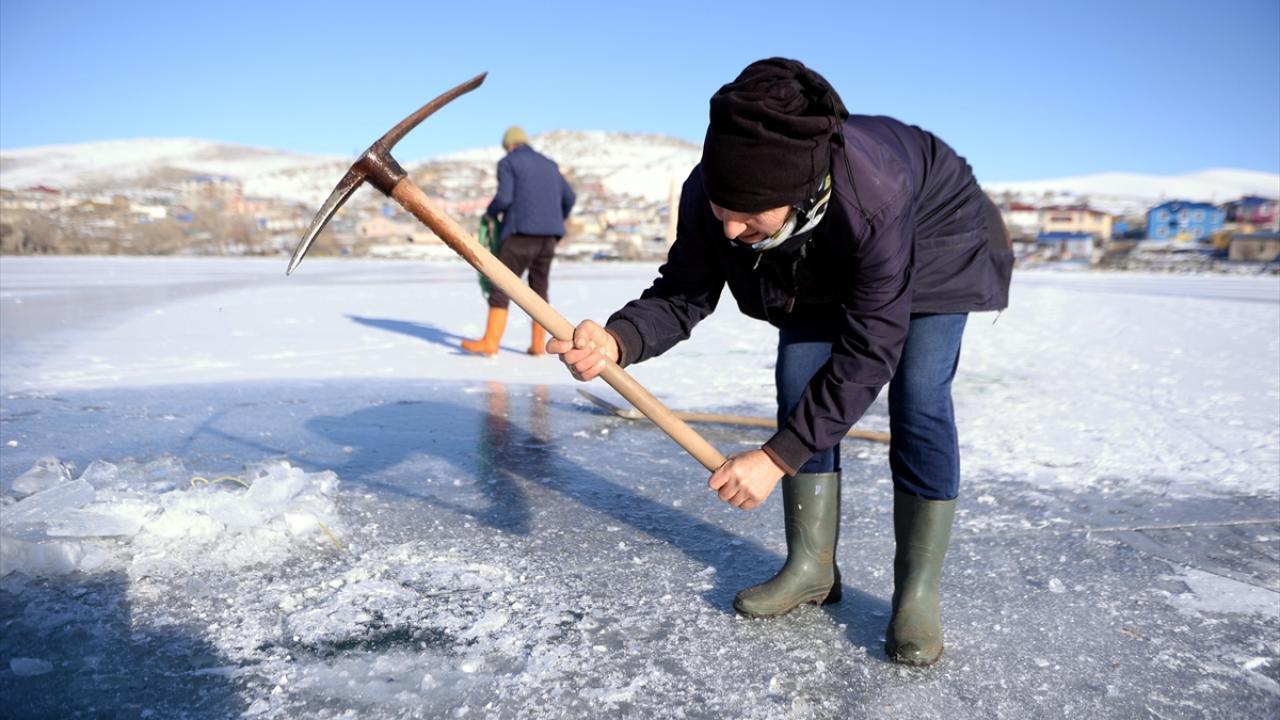 Kadın balıkçının Eskimo usulü av mesaisi