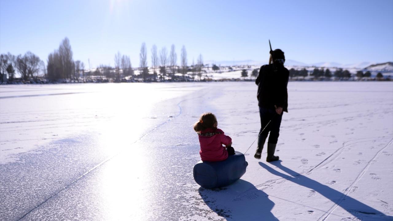 Bölgeye gelerek Eskimo usulü avcılığı izleyen Kars`ın Arpaçay Kaymakamı Mustafa Uğur Özerden de buz altında balık avlamanın çok farklı bir meslek olduğunu söyledi.