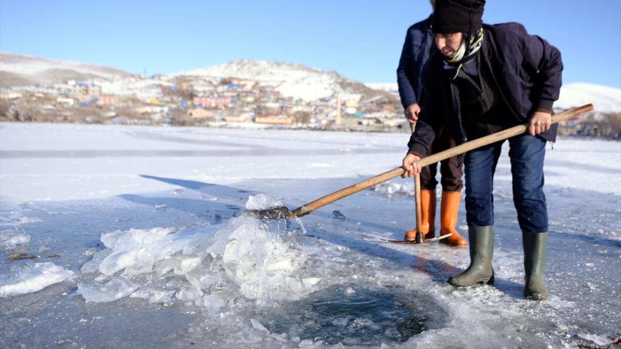 Bu bölgede çok insan buzdan ekmeğini kazanıyor