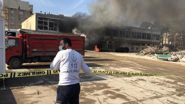 Adıyamanda eski kamu binasında yıkım çalışmaları sırasında patlama meydana geldi