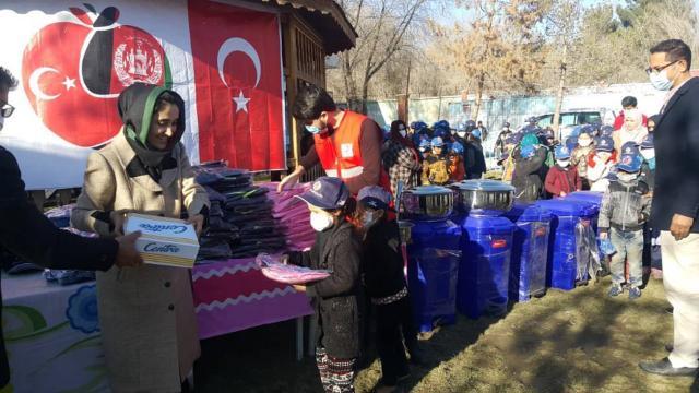 Türk askerinden Afgan yetimlere kıyafet yardımı