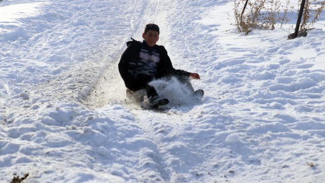 Ağrılı çocukların karlı tepelerde kızak keyfi