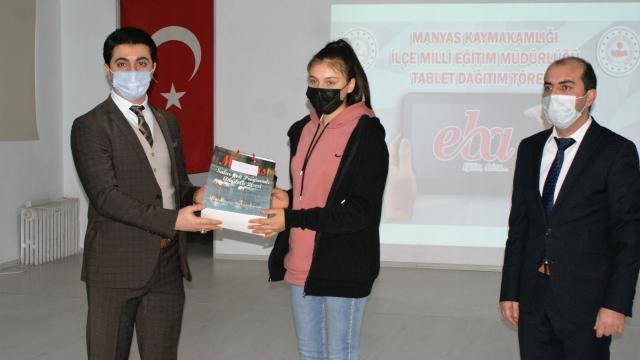 Manyasta öğrencilere tablet bilgisayar dağıtıldı