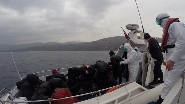 Türk kara sularına itilen 26 düzensiz göçmen kurtarıldı