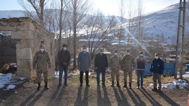 Tercan Kaymakamı Çelik, köyleri ziyaret ederek vatandaşların taleplerini dinliyor