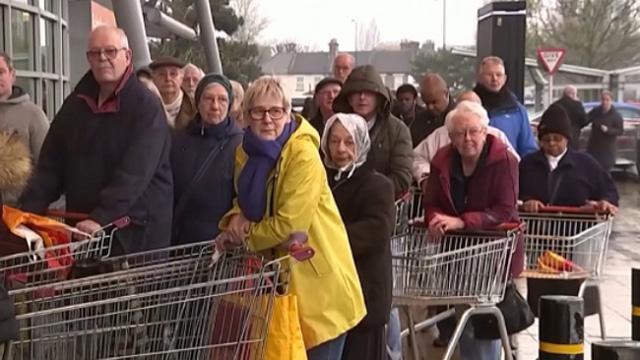 """İngiliz süpermarket zincirlerinden """"stok yapmayın"""" uyarısı"""