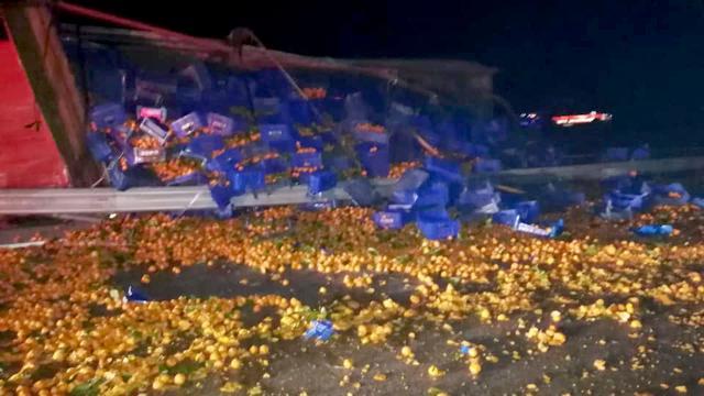 Çanakkalede meyve yüklü kamyon devrildi: 1 yaralı