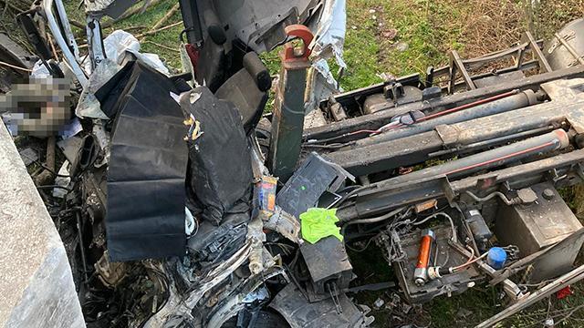 Kontrolden çıkıp devrilen kamyon hurdaya döndü: 2 ölü