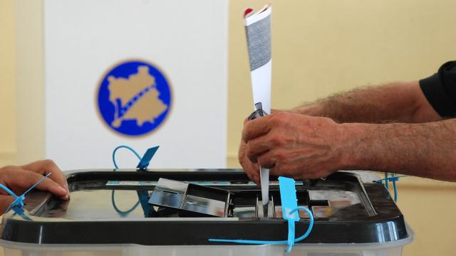 Kosovalılar erken seçim için sandığa gidiyor