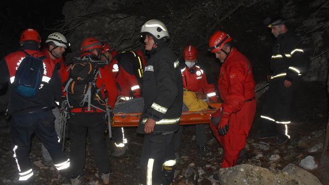 Bodrumda kayalıklara düşen bir kişi 8 saatte kurtarıldı