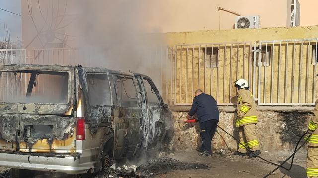 Mardinde park halindeki minibüs yandı