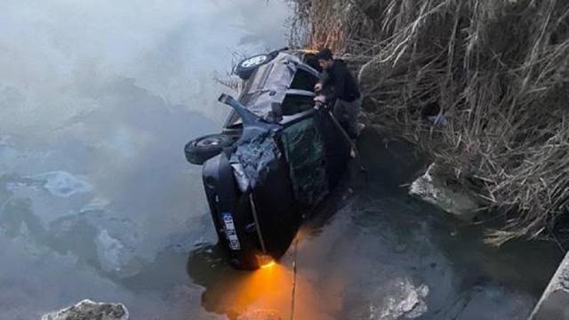Mersinde otomobil sulama kanalına düştü: 5 yaralı