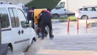 Bağcılar'da boru patladı, suya kapılan kuryenin yardımına polis koştu