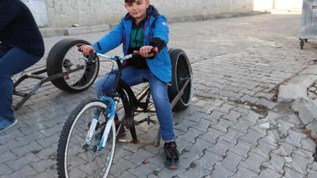 Samsunlu 3 genç hurda parçalardan bisiklet yaptı
