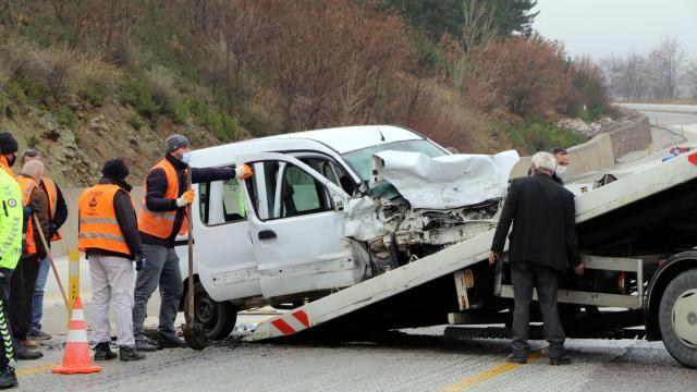 Çankırıda hafif ticari araç ile otomobil çarpıştı: 2 ölü, 4 yaralı