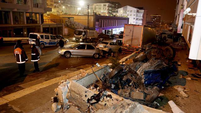 Ankarada freni boşalan tır 11 aracı hurdaya çevirdi