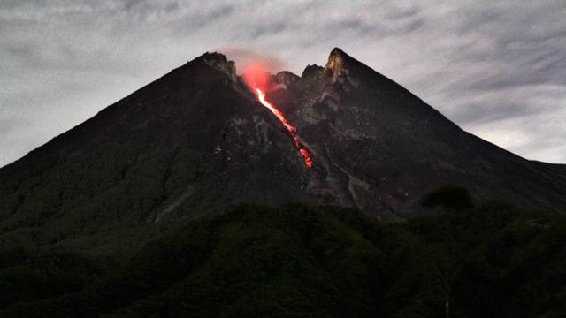 Endonezyada Merapi Yanardağında iki patlama oldu