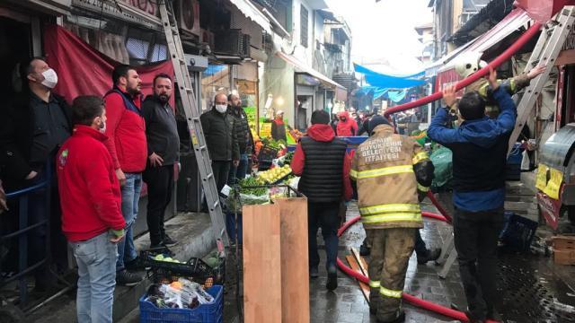 İzmirdeki Kemeraltı Çarşısında bir binada çıkan yangın söndürüldü