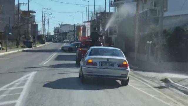 Yunanistanda papaz, köyü kamyonetle kutsadı