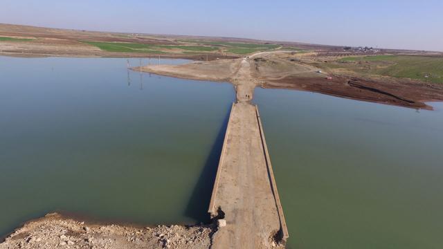 Barajdaki su seviyesi düştü, eski yol ve köprü ortaya çıktı