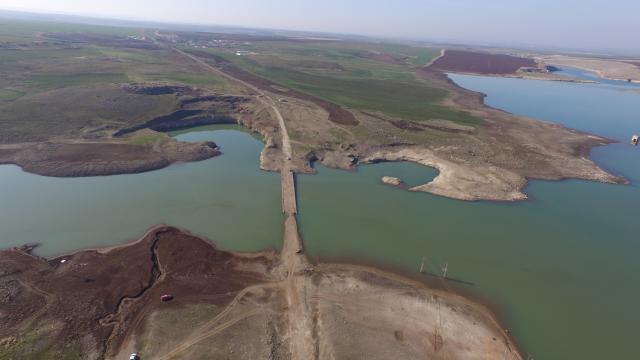 Şanlıurfada barajdaki su seviyesi düşünce eski yol ve köprü ortaya çıktı
