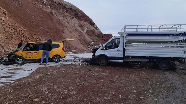Bingölde taksiyle kamyonet çarpıştı: 3 yaralı
