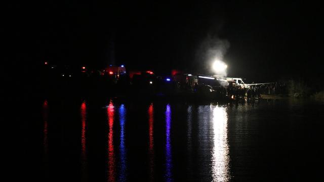 Denizlide gölete düşen otomobildeki 2 kişi aranıyor