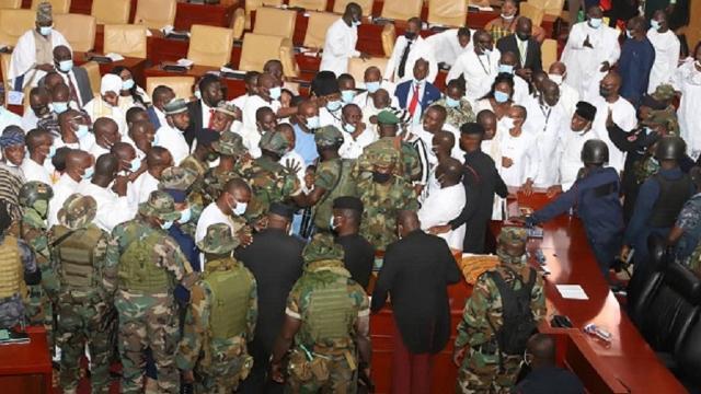 Gana meclisinde kavga: Asker müdahale etti