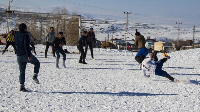 Gençlerin futbol aşkına kar engel olmuyor