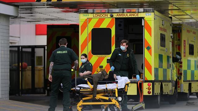 İngilterede COVID-19dan günlük ölüm sayısında rekor