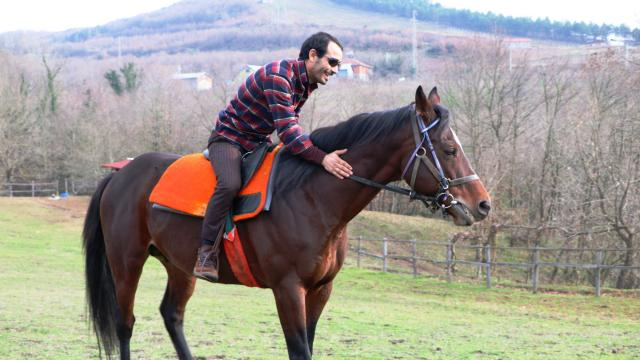 Kırbaç vurmadan yarış kazandı: Atların yıllarca canını acıtmışız