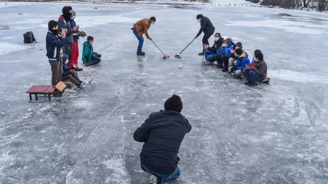 """Köylülerin buz tutan Kars Çayında """"curling"""" keyfi"""