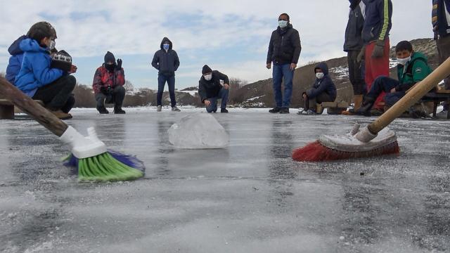 """Buz tutan Kars Çayında """"curling"""" keyfi"""