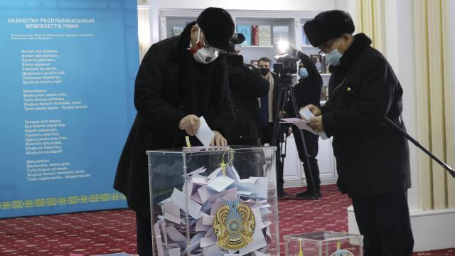 Kazakistan halkı milletvekillerini seçiyor