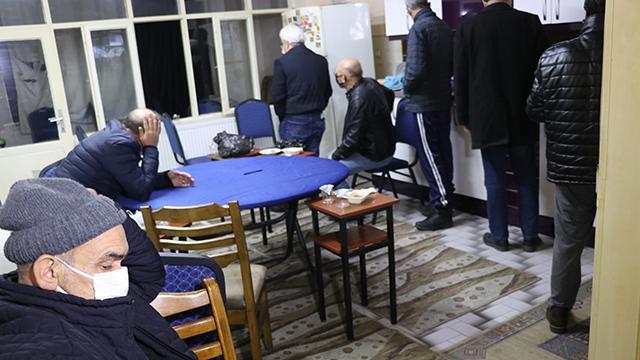 Kumarcılar koronavirüs dinlemiyor: 138 kişiye 517 bin lira ceza